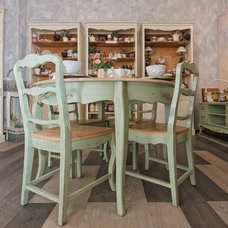 Traditional Dining Tables by Kaktus