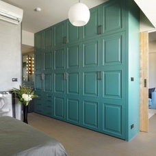 Modern Bedroom With Grey Bedding Theme And Turquoise Paneling