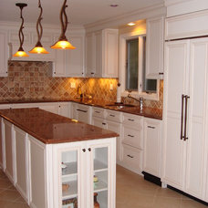 Traditional Kitchen by Laurie Dragunoff