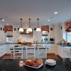 Traditional Kitchen by Bisulk Kitchens