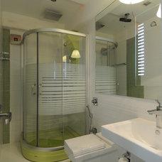 Modern Bathroom by Sonali shah