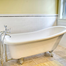 Traditional Bathtubs by Effect Home Builders Ltd.