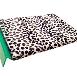 Med Petbedz - the Dalmation Daybed : magnetic pet bed, Green - Magnetic beds are becoming extremely popular due to their therapeutic effects on the body, whether human or animal. Their most common uses are for pain management and inflammation reduction in injured pets and arthritis relief in older pets. The (-) magnetic field enhances blood flow which delivers more oxygen and nutrients to joint and muscle tissue helping it heal quicker. It also enhances melatonin production, which is the calming hormone that helps you sleep well. Therefore, many pet owners also choose magnetic beds for their healthy pets as they often see improved sleep and thus more energy upon waking.