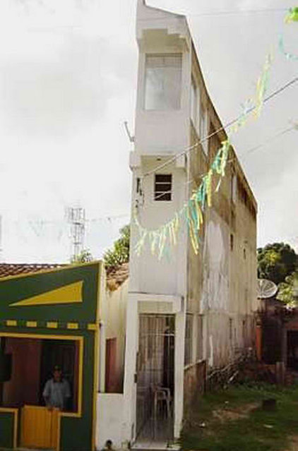 Narrow  house-  Madre de Deus, Brazil
