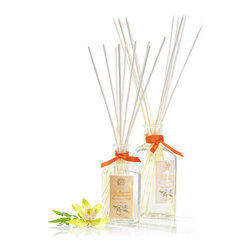 Ala Moana Diffuser 500 ml. - A beautiful floral label notes the classic elements which fuse into the distinctive heady scent of Ala Moana, the fragrance in the oil which fills this large-capacity, flawlessly elegant home scent diffuser. The oil is drawn up by slim reeds which exude a seductive breath of the tropics: night-blooming jasmine, full-bodied gardenia, luscious tuberose and evocative plumeria bloom in pure night air.