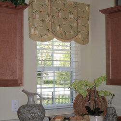 """Add some color to your kitchen! - Brighten up your kitchen and add color with this """"Bella"""" design valance, with a double-layered center petal. A window treatment with soft curves will open up a space, for example, in a small kitchen."""