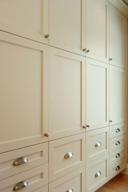Closet by Jennifer Brouwer (Jennifer Brouwer Design Inc)