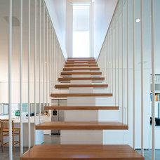 Contemporary Staircase by STUDIO e*