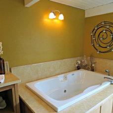 Midcentury Bathroom by Lisa Hallett Taylor
