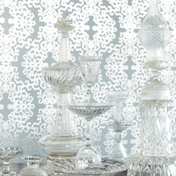 Luz - A modern decor idea with a designer wallpaper in a striking silver palette. Contemporary silver fractals with a dazzling and mod design