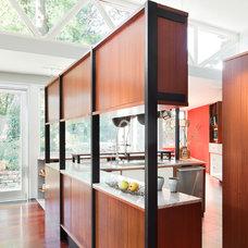 Modern Kitchen by Ennis Nehez
