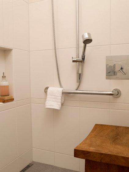 midcentury bathroom by ROM architecture studio