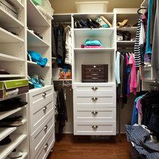 Modern Closet by Sofo Kitchens