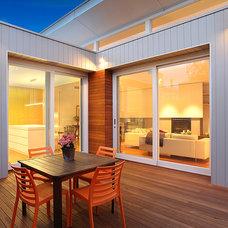 Modern Deck by We Shoot Buildings Pty Ltd