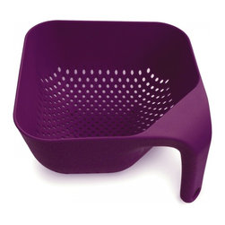 Joseph Joseph - Square Colander, Eggplant, Medium - This ergonomic colander has several unique features. Firstly, the single vertical handle ensures it remains upright and stable if placed in a sink and, when held, leaves one hand free for operating the tap. Secondly, its square corners make emptying rinsed food much easier and more precise. Lastly, its vertical drainage holes allow liquids to drain away quickly and efficiently and its square shape makes for efficient storage.
