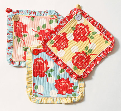 traditional oven mitts and pot holders by House 8810