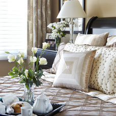 Transitional  by PAULINA'S INTERIOR DESIGN