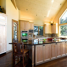 Traditional Kitchen by dezignz inc.