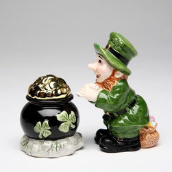 ATD - Green Leprechaun and Black Pot of Gold Tone Salt and Pepper - This gorgeous Green Leprechaun and Black Pot of Gold Tone Salt and Pepper has the finest details and highest quality you will find anywhere! Green Leprechaun and Black Pot of Gold Tone Salt and Pepper is truly remarkable.