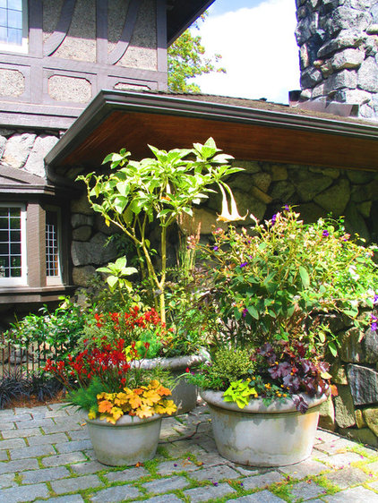 Traditional Landscape by Exteriorscapes llc