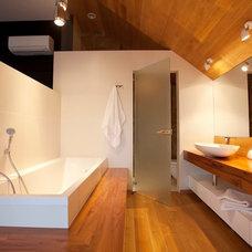 Contemporary Bathroom by GOTVYANSKY DESIGN STUDIO