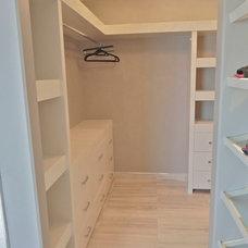 Modern Closet by Metric Interior Design Inc.