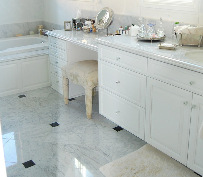 Traditional  by D&O Cabinets INC
