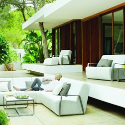 Gloster Outdoor Furniture - Club Outdoor Furniture by Gloster offers a combination of enduring, classic style with a pioneering outdoor lounge cushion technology.
