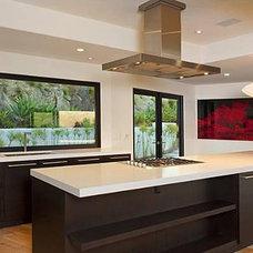 Modern Kitchen by Hollywood Sierra Kitchens