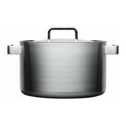 Iittala - Tools Casserole, 8 Quart - Ready to expand your culinary repertoire? It won't be complete until you add this incredible casserole to your kitchen. Its compound multilayered construction distributes and retains heat evenly, while its generous handles make maneuvering it a breeze. The bonus? It looks so stylish.
