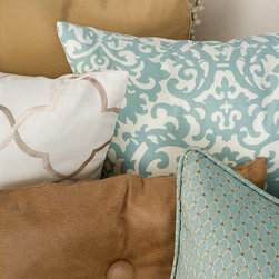 Finishing touches: Wallcoverings, trims and bedding. - Trend fabrics and trims