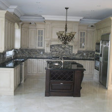 modern kitchen cabinets by Exquisite Kitchens & Vanities Inc.