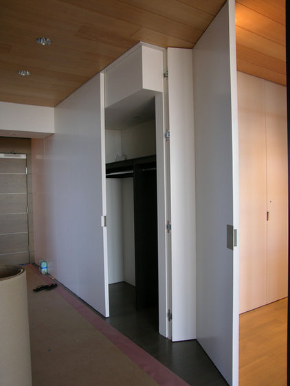 Modern Closet by Master Woodworks inc