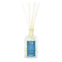 Santorini Diffuser 500 ml. - Perfectly balanced, ideally composed, the scent of the Santorini Diffuser contrasts a cool, dry breeze of vetiver grasses, crisp spices, and light leafy greens with the warm, sunlit dew of citrusy herbs like bergamot and verbena rooted in the sweet, luxe warmth of rosewood and sandalwood. A hint of cardamom spices the blend. This fragrance is drawn from a glass apothecary bottle by slim wood reeds.