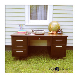 Beautifully Restored Vintage 1950s Steelcase Tanker Desk by Ike & Annie - This is an amazing desk! I love the massive amounts of storage it offers.