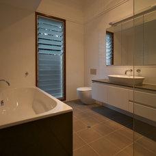 Modern Bathroom by Debstudio