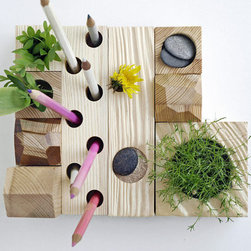 Desktop Zen Garden by Karolin Felix Dream - I could really use some zen once in a while when I'm working, couldn't you? This Desktop Zen Garden isn't just a great gimmick for your desk, it also gives you the opportunity to add some green to it. Now, how au natural do you want things to be?