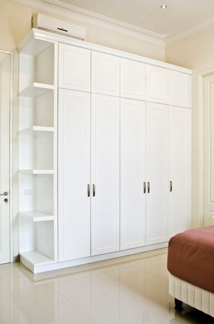 Traditional Closet Organizers by Melior Kitchen
