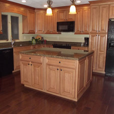 Traditional  Maple spice with mocha glaze cabinets and tropical tan granite