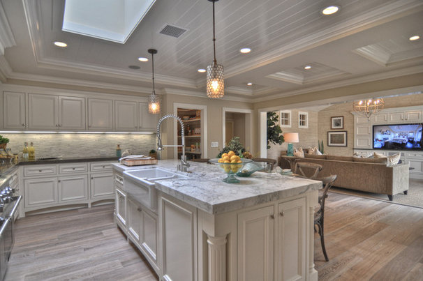Beach Style Kitchen by Spinnaker Development