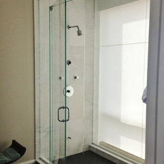 contemporary showers by GlassOne Chicago, Inc.