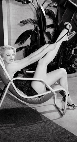 None - Marilyn Monroe in Bathing Suit with Leg Up 1949 Frank Worth Lithograph - Title: Marilyn Monroe in Bathing Suit with Leg Up 1949 Product type: Fine art lithograph Format: Portrait