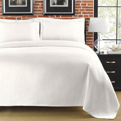 None - Diamante Matelasse White King-size Coverlet - Lie down in luxury with this beautiful white coverlet that highlights a repeating diamond pattern. Featuring an elegant quapunto hem, a plain weave, and a 100 percent cotton construction, this lovely coverlet is both stylish and comfortable.