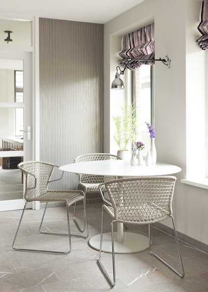 Modern Dining Tables by HUISSTYLING