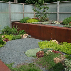 modern landscape by Phillips Garden