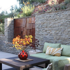 Contemporary Retainer Walls by Cassy Aoyagi, FormLA Landscaping