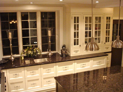 What Color Granite With White Cabinets Looks Good : I have autumn brown granite and white cabinets what color