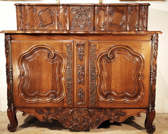 Extraordinary Louis XV Period Buffet á Glissant - In solid, carved walnut. From Arles, mid-18th century.