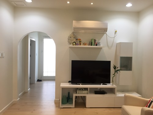 What to hang over sofa wall behind tv for What to hang on wall above tv