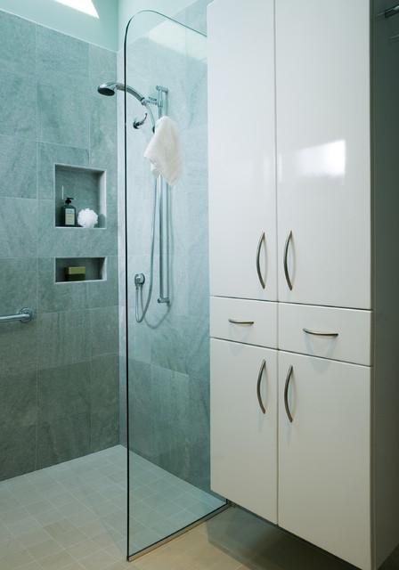 Universal Bathroom modern
